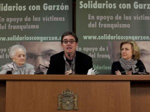 "Luis García Montero (center) with Concha Carretero and Azucena Rodríguez at the presentation of the campaign ""Solidarity with Judge Garzón"" in 2011. Photo Reyes Sedano."