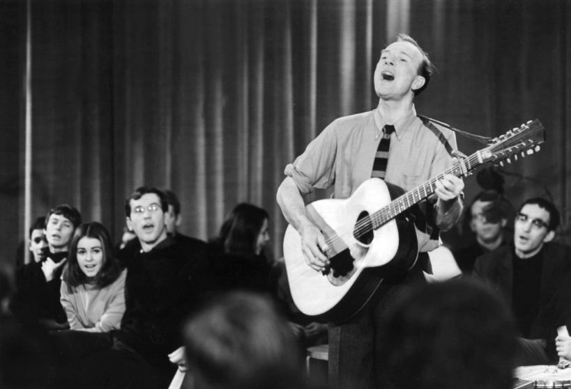 US folk singer Pete Seeger performs at a TV show in East Berlin, GDR, 03 January 1967. Photo by: Zentralbild/picture-alliance/dpa/AP Images.