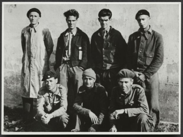 """Waiting to return home from Spain in October 1938 are New Zealanders Bert Bryan (front centre) and William """"Murn"""" MacDonald (back, third from left) with Australian International Brigaders. Alexander Turnbull Library"""
