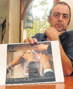 Emilio Silva with an image of his grandfather. (Photo courtesy of Jordi Carreño, jordicarreno.wordpress.com)