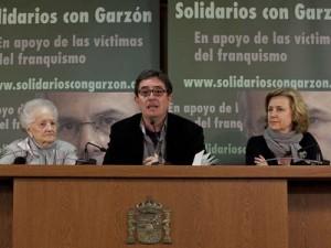 "Luis García Montero (center) with Concha Carretero and Azucena Rodríguez at the presentation of the campaign ""Solidarity with Judge Garzón"" in 2011. Photo Reyes Sedano."