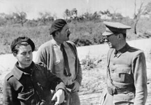 Joris Ivens and Ernest Hemingway with Ludwig Renn, commander of the Thälmann Battalion. Photo Bundesarchiv.