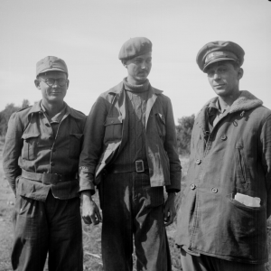 Carl Geiser (l.), Philip Detro and Captain Leonard Lamb. (Tamiment Library, NYU, 15th IB Photo Collection, Photo # 11-0714)