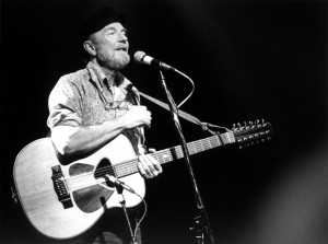 Pete Seeger in concert, Feb. 1986, Photo Josef Schwarz, CC BY-SA 3.0