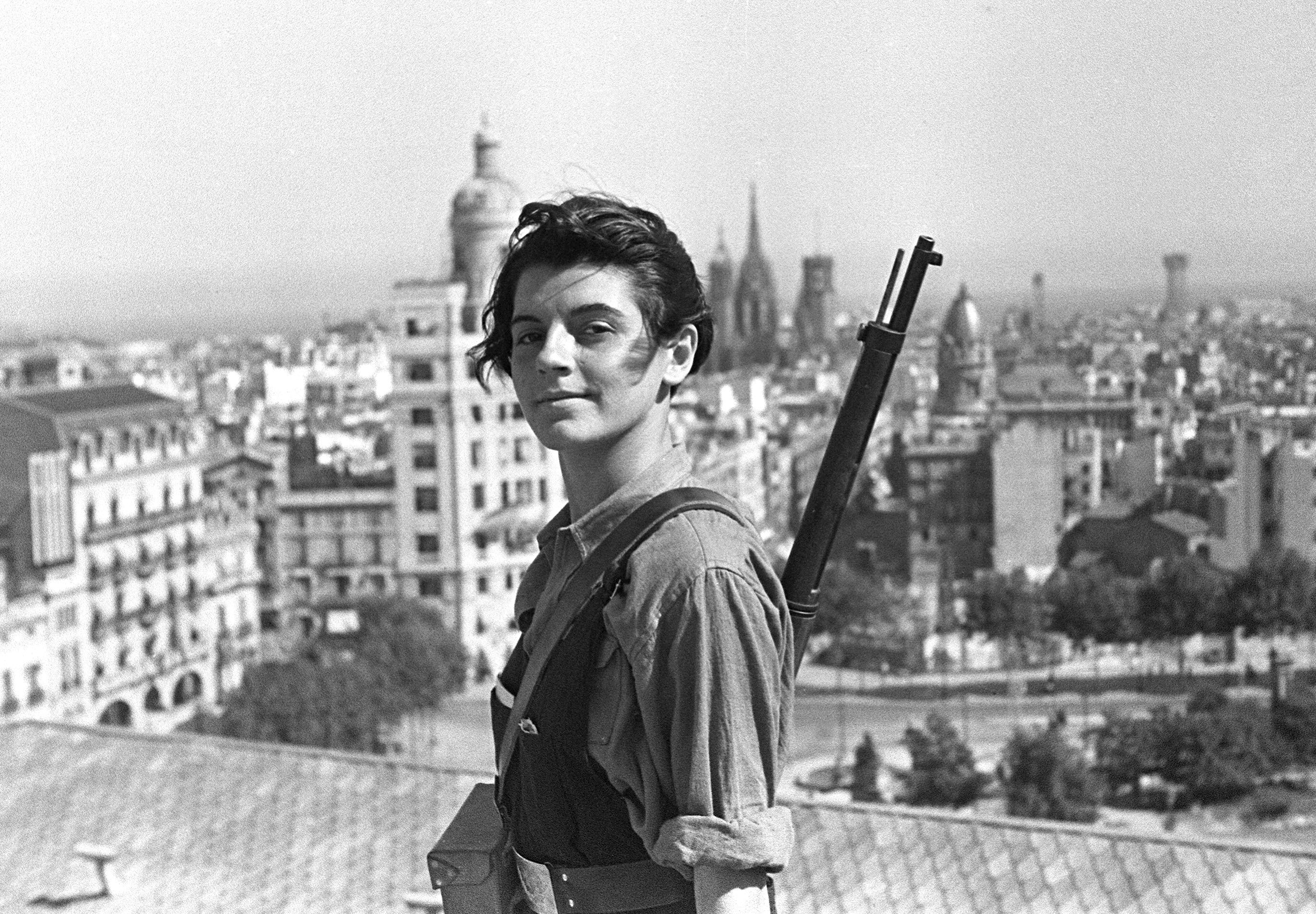 Marina Ginestà on the roof of Hotel Colón. Photo Juan Guzmán, aka Hans Gutmann, July 1936.