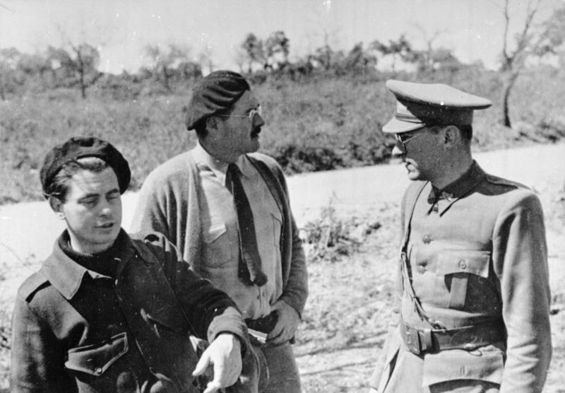 Hemingway with Joris Ivens and Ludwig Renn in Spain, 1936. Bundesarchiv Bild 183-84600-0001, CC BY-SA 3.0.