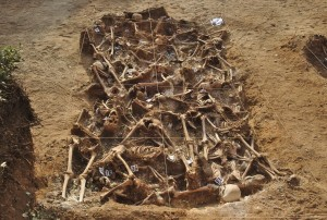 One of the mass graves discovered in an excavation from July–August of 2014 at Estépar (Burgos). The grave contains twenty-six republicans who were killed by nationalists in August-September 1936. Photo Mario Modesto Mata. CC BY-SA 4.0.