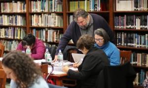 James D. Fernández works with Spanish teachers. Photo Andrés Fernández.