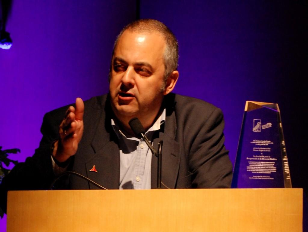 Emilio Silva receiving the ALBA/Puffin Award, 2015. Photo Len Tsou