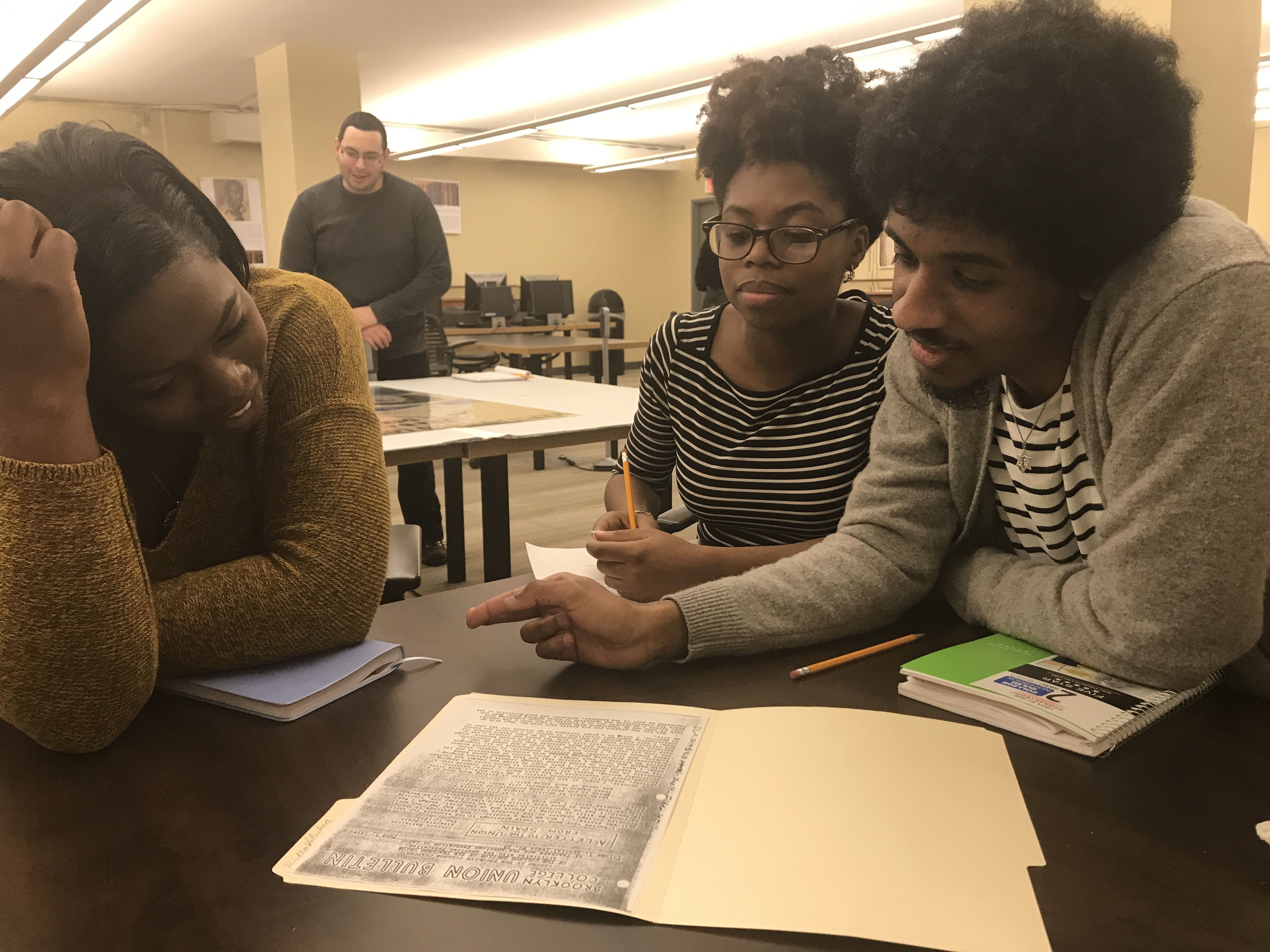 Hunter College students research the ALBA Collection at the Tamiment Library (NYU), April 2018. Photo María Hernández Ojeda.