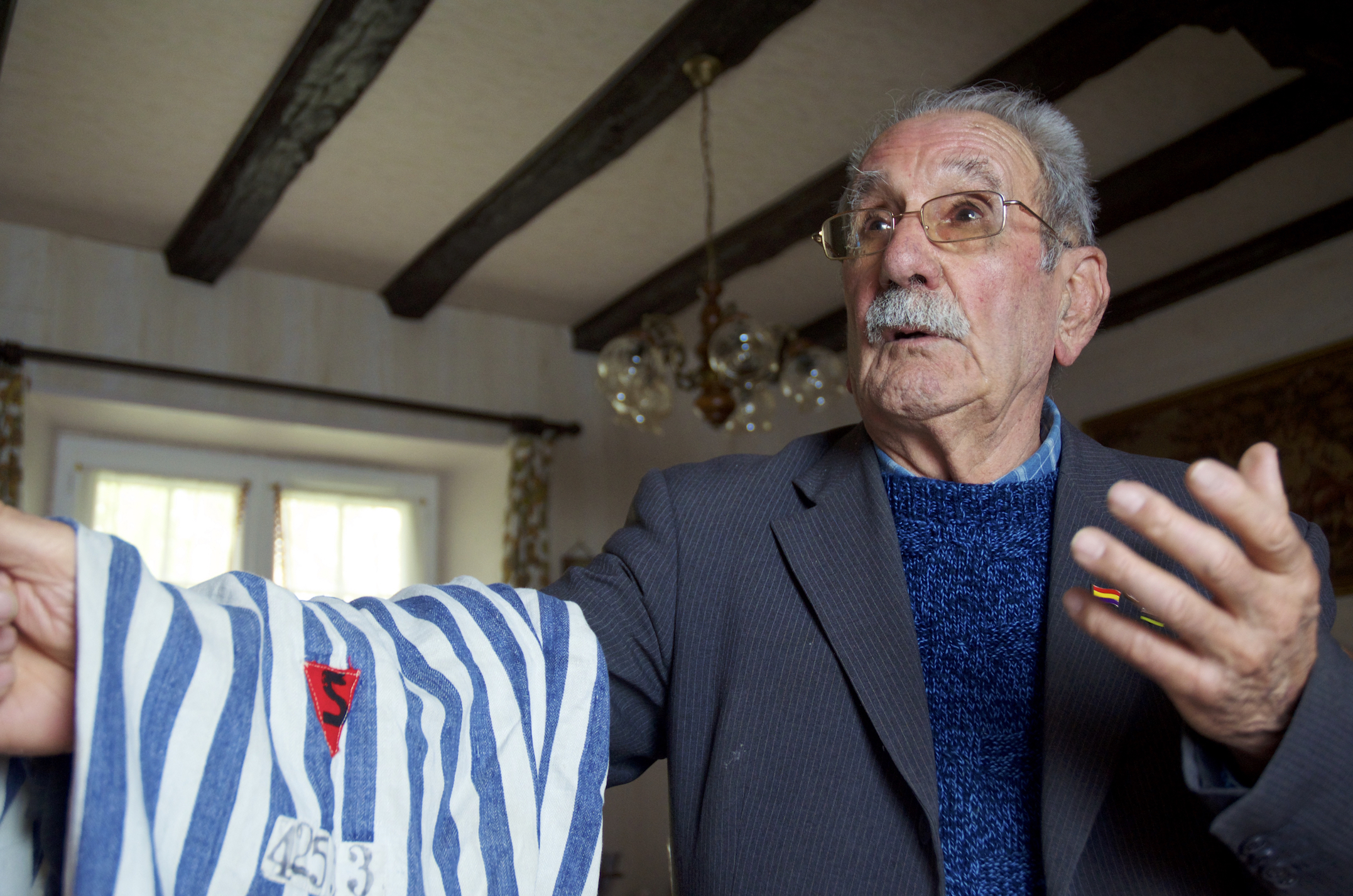 García Riestra holding the pants he wore in Buchenwald. Photo Deportados.es